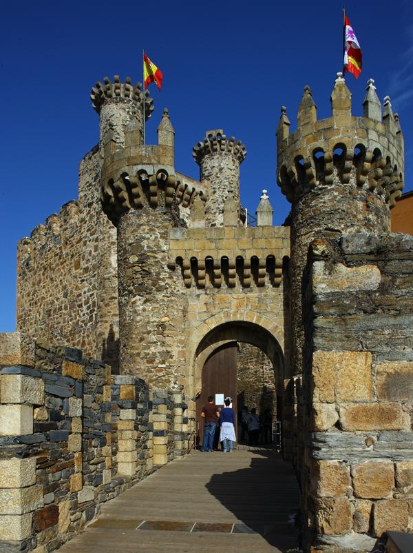 http://www.turisleon.com/export/pics/castillos/02Castillo_de_los_Templarios._Ponferrada.JPG
